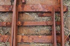 Oude roestige doorstane spoorwegen net bij de Oostzeekust stock fotografie
