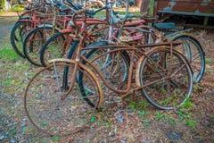 Oude roestige fietsen royalty-vrije stock afbeeldingen