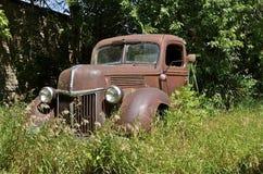 Oude roestige Ford-bestelwagen Stock Afbeelding