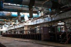 Oude roestige gesloten pellende winkel bij een verlaten industri?le verouderde chemische petrochemische techniekraffinaderij met  royalty-vrije stock foto's