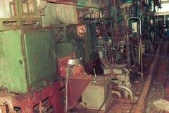Oude roestige gesloten pellende winkel bij een verlaten industri?le verouderde chemische petrochemische techniekraffinaderij met  stock afbeelding