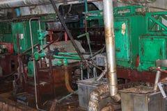 Oude roestige gesloten pellende winkel bij een verlaten industri?le verouderde chemische petrochemische techniekraffinaderij met  royalty-vrije stock foto