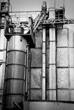 Oude roestige geworpen fabriek Stock Foto's