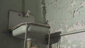 Oude roestige gootsteen, Pellend pleister op de muur stock video