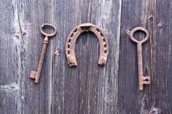 Oude roestige historische sleutel twee en geluksymboolhoef op muur royalty-vrije stock foto's