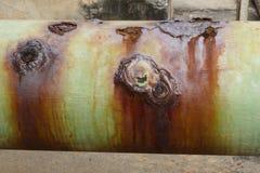 Oude roestige industriële leidingwaterpijp Stock Foto's