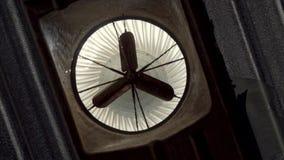 Oude roestige industriële ventilatieventilator die langzaam in een zijgevel van een fabriekseenheid draaien stock video