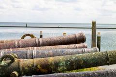 Oude roestige kanonnen stock afbeeldingen