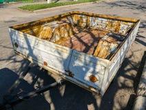 Oude roestige karaanhangwagen Royalty-vrije Stock Fotografie