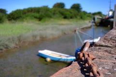 Oude roestige ketting in de haven stock afbeeldingen