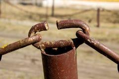 Oude roestige ketting De vastmakende elementen van de ketting De achtergrond stock afbeeldingen