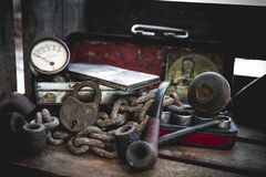 Oude roestige ketting, pijpen, antieke rode doos en oude maatklep stock afbeelding