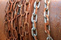 Oude roestige kettingen Stock Foto's