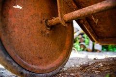 Oude roestige kruiwagen in dichte tuin stock fotografie