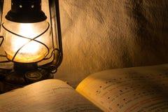 Oude roestige lantaarn en een boek Royalty-vrije Stock Foto