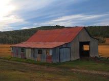 Oude roestige loods in Argentijns landschap stock afbeeldingen