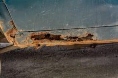 Oude roestige machine een gat in de autodag stock fotografie