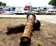 Oude roestige meerpaal in de kleine haven in vissers` s dorp stock afbeelding