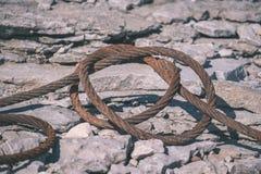 oude roestige metaalbrug in haven - uitstekende retro ziet eruit stock afbeeldingen