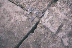 oude roestige metaalbrug in haven - uitstekende retro ziet eruit stock foto