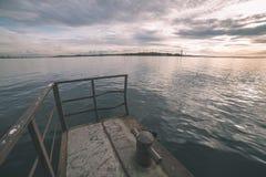 oude roestige metaalbrug in haven - uitstekende retro ziet eruit royalty-vrije stock afbeeldingen