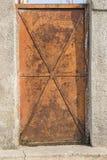 Oude roestige metaaldeur Stock Afbeeldingen