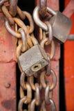 Oude roestige metaalhangsloten op kettingen Stock Foto