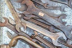 Oude roestige moersleutels stock foto