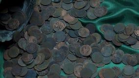 Oude roestige muntstukken stock video