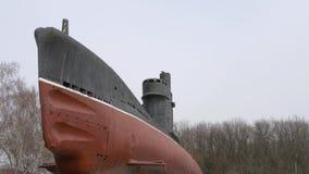 Oude roestige onderzeeër en troep van vogels die over de brug vliegen stock footage