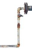 Oude roestige pijpen, verouderde doorstane geïsoleerde grunge ijzer verticale pijpleiding, de verbindingen van de loodgieterswerk Royalty-vrije Stock Afbeeldingen