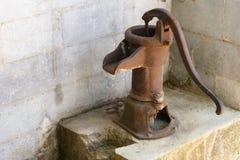 Oude roestige pomp voor watervoorziening stock foto's