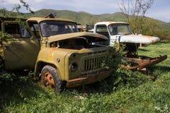 Oude roestige Russische vrachtwagen stock foto's