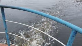 Oude roestige schipzeilen op de rivier stock footage