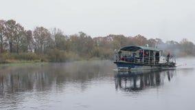 Oude roestige schipzeilen op de rivier stock videobeelden