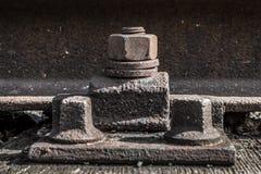 Oude roestige schroef, ijzerbouten op spoorweg stock afbeeldingen