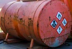 Oude roestige silotank die gevaarlijke stoffen, waarschuwingsetiketten aan de kant, opslag bevatten van gevaarlijke vloeistoffen royalty-vrije stock afbeelding
