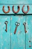 Oude roestige sleutel en geluksymboolhoef op houten landbouwbedrijfmuur royalty-vrije stock foto's