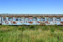Oude roestige spoorwagonwhit gebroken vensters stock afbeeldingen