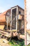 Oude roestige, tankwagen, met cabine, rem en wielendetail stock afbeeldingen