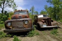 Oude roestige tonvrachtwagen en auto Stock Foto