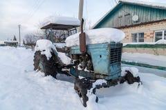 Oude roestige tractor royalty-vrije stock fotografie