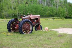 Oude roestige tractor op gebied royalty-vrije stock foto