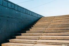 Oude roestige trap die aan de blauwe hemel leiden royalty-vrije stock afbeeldingen