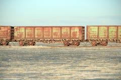 Oude roestige treinauto's met stalactieten van zout Royalty-vrije Stock Afbeeldingen