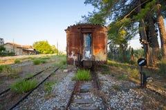 Oude, roestige treinwagen bij een verlaten station in Griekenland Royalty-vrije Stock Afbeelding