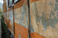 Oude roestige treinwagen met verf die weg vallen stock fotografie