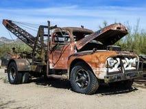 Oude roestige uitstekende auto's in Goudveld Stock Foto