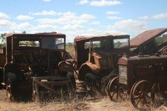 Oude roestige uitstekende vrachtwagens Stock Afbeeldingen