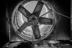 Oude roestige ventilator stock foto